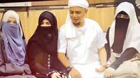 Rumah tangga harmonis dalam keluarga Ustaz Arifin Ilham dengan ketiga istrinya. Hal itu bisa terlihat dari akun instagram milik istri pertamanya yang telah dua puluh tahun mendampinginya.  (Instagram/yuni_syahla_aceh)