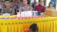 Polisi memperlihatkan barang bukti kasus pencurian handphone yang didudga melibatkan pasangan suami isteri di Pekanbaru. (Liputan6.com/M Syukur)