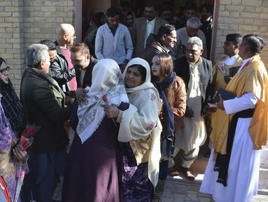 Umat Kristen Pakistan saling menyapa usai melaksanakan Misa Natal di sebuah gereja di Quetta, Pakistan, Rabu (25/12/2019). Berdasarkan sensus penduduk pada tahun 1998, umat Kristen di Pakistan berjumlah sekitar satu persen dari keseluruhan penduduk. (AP Photo/Arshad Butt)