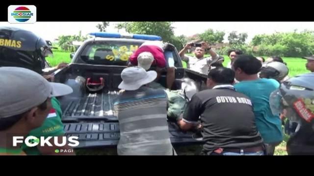 Seorang pria paruh baya ditemukan tewas di tengah sawah di Ngawi. Diduga, korban tewas tersetrum saat hendak mencuri kabel listrik milik PLN.