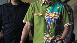 Calon Gubernur Jawa Tengah, Ganjar Pranowo berjalan keluar seusai menjalani pemeriksaan di Gedung KPK, Jakarta, Kamis (28/6). Ganjar diperiksa sebagai saksi kasus dugaan korupsi E-KTP sehari setelah mengikuti Pilkada di Semarang. (Merdeka.com/Dwi Narwoko)
