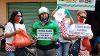 Relawan Solmet membagikan sembako dan masker di Bekasi. (Istimewa)