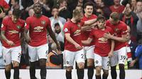Gelandang Manchester United, Daniel James (kedua kanan) berselebrasi dengan rekannya usai mencetak gol ke gawang Chelsea pada pertandingan Liga Inggris di Old Trafford (11/8/2019). MU menang telak 4-0 atas Chelsea. (AFP Photo/Oli Scarff)