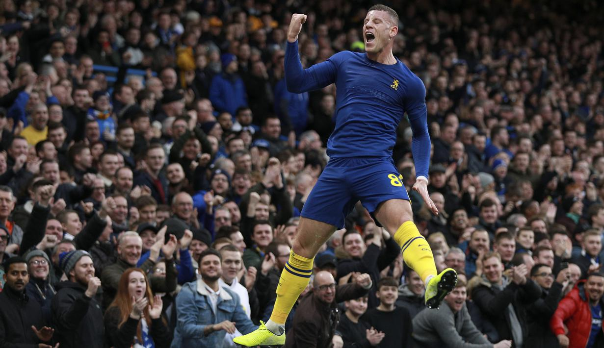 Gelandang Chelsea, Ross Barkley, merayakan gol yang dicetaknya ke gawang Notthingham Forest pada laga Piala FA di Stadion Stamford Bridge, London, Minggu (5/1). Chelsea menang 2-0 atas Forest. (AP/Ian Walton)