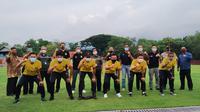 Foto bersama antara tim Bhayangkara FC dan petinggi kampus UNS. (Bola.com/Vincentius Atmaja)