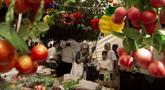 Umat Yahudi berbelanja barang-barang yang akan digunakan dalam ritual Hari Raya Sukkot di Yerusalem, 20 September 2021. Tenda tempat mereka berbelanja didirikan di seberang Pasar Mahane Yehuda yang diperuntukkan bagi pemegang Green Pass yang sudah divaksinasi COVID-19. (AP Photo/Maya Alleruzzo)