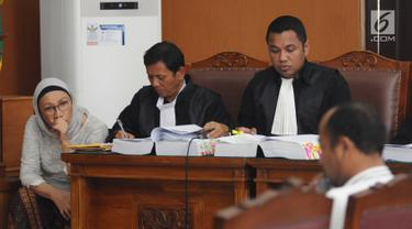 Terdakwa kasus dugaan penyebaran berita bohong atau hoaks Ratna Sarumpaet mendengarkan keterangan saksi dalam sidang lanjutan di PN Jakarta Selatan, Kamis (25/4). Sidang tersebut dengan agenda pemeriksaan saksi ahli yang dihadirkan oleh Jaksa Penuntut Umum (JPU). (Liputan6.com/Herman Zakharia)