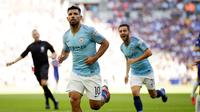 Pemain Manchester City, Sergio Aguero (tengah) melakukan selebrasi usai mencetak gol ke gawang Chelsea dalam Community Shield di Wembley, London, Inggris, Minggu (5/8). Sergio Aguero mencetak dua gol ke gawang Chelsea. (AP Photo/Tim Ireland)