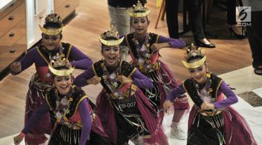 Penari berkostum tradisional menari dalam perhelatan Indonesia Menari 2018 di Grand Indonesia, Jakarta, Minggu (11/11). Gerakan menari bersama yang digelar serentak di 4 kota, yakni Jakarta, Bandung, Solo, dan Semarang. (Merdeka.com/ Iqbal S. Nugroho)