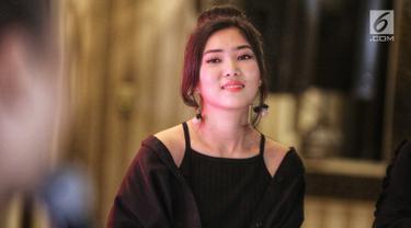 Penyanyi Isyana Sarasvati saat hadir menjadi brand ambassador produk lipstik di Jakarta, Kamis (2/8). Isyana mengaku termasuk wanita yang suka memakai lipstik. Bahkan menurutnya, lipstik adalah cara mengekspresikan diri. (Liputan6.com/Faizal Fanani)