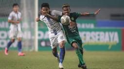 Pemain PSIS Semarang, Fandi Eko Utomo (kiri) berebut bola dengan pemain Persebaya Surabaya, Muhammad Alwi Slamet dalam laga pekan ke-6 BRI Liga 1 2021/2022 di Stadion Wibawa Mukti, Cikarang, Minggu (03/10/2021). (Bola.com/Bagaskara Lazuardi)