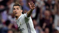 Cristiano Ronaldo (CR7) memborong tiga gol pada laga leg pertama semifinal Liga Champions melawan Atletico Madrid di Santiago Bernabeu, Rabu (3/5). CR7 berharap fans Madrid tak lagi mencemoohnya dengan siulan. (AFP Photo)