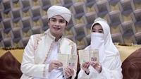 Dua bulan setelah kenal, Alvin dan Larissa memutuskan untuk menikah. Keduanya menikah pada 6 Agustus 2016 di Masjid Az Zikra. Pernikahan keduanya disaksikan oleh ribuan tamu undangan yang hadir. (Via: Instagram/alvin_411)