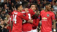 Para pemain Manchester United merayakan gol yang dicetak Mason Greenwood ke gawang Astana pada laga Europa League di Stadion Old Trafford, Manchester, Kamis (19/9). MU menang 1-0 atas Astana. (AFP/Oli Scarff)