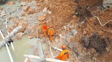 Basarnas mencari pekerja tambang di lokasi longsor
