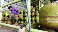 Pekerja menyusun tabung gas LPG 3 Kg di salah satu pangkalan LPG kawasan Sunter, Jakarta Utara, Jumat (21/7). Harga Eceran Tertinggi (HET) LPG 3kg di Jabodetabek pada titik serah di agen dan pangkalan resmi adalah Rp 16.000. (Liputan6.com/Angga Yuniar)