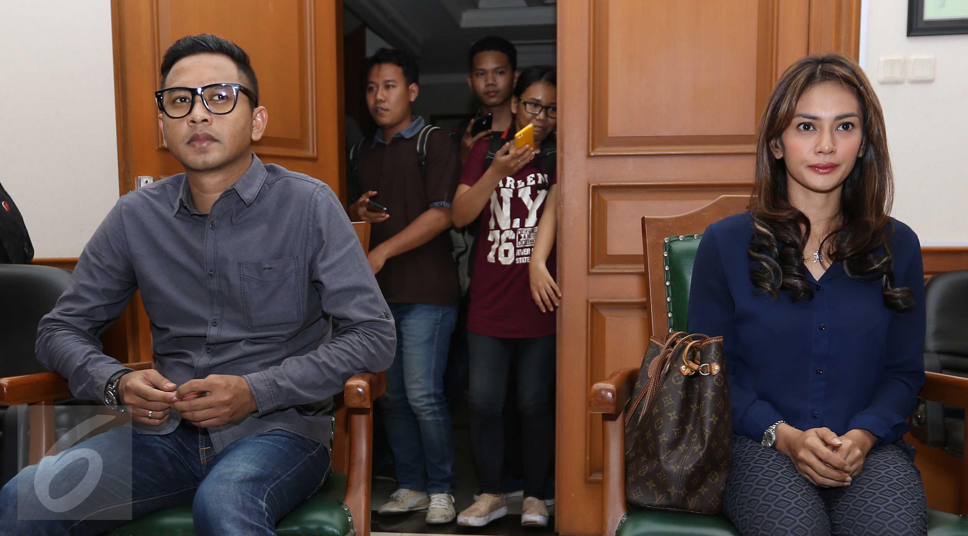 Mantan pasangan selebritis Masayu Anastasia dan Lembu Wiworo Jati alias Lembu menghadiri sidang putusan perceraian di Pengadilan Agama, Jakarta Selatan, (17/3). Lembu dan Masayu resmi bercerai setelah 8 Tahun bersama. (Liputan6.com/Gempur M Surya)
