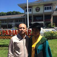 Ananda Mikola juga hadir untuk merayakan keberhasilan istrinya menyabet gelar Magister Hukum. (Ruben Silitonga/Bintang.com)