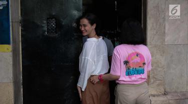 Artis yang juga anak Ratna Sarumpaet, Atiqah Hasiholan tersenyum saat masuk ke dalam tahanan Polda Metro Jaya, Jakarta, Selasa (6/11). Atiqah menjenguk ibunya, Ratna Sarumpaet yang dikabarkan kondisi kesehatannya menurun. (Liputan6.com/Faizal Fanani)