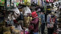 Sejumlah pengunjung mengenakan masker saat berbelanja di Pasar Kebayoran Lama, Jakarta Selatan, Senin (22/6/2020). Pasar Kebayoran Lama kembali buka setelah sebelumnya tutup selama tiga hari sejak 18 Juni 2020 akibat 14 pedagang positif COVID-19. (Liputan6.com/Faizal Fanani)