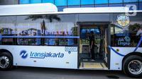 Bus listrik Transjakarta jelang uji coba di Kantor Pusat Transjakarta, Senin (6/7/2020). PT Transportasi Jakarta (Transjakarta) melakukan uji coba bus listrik rute Balai Kota - Blok M dengan mengangkut pelanggan selama tiga bulan ke depan mulai Senin (6/7). (Liputan6.com/Faizal Fanani)