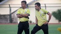 Asisten pelatih PSS, Komarudin (kiri), bersama Seto Nurdiyantoro. (Bola.com/Vincentius Atmaja)
