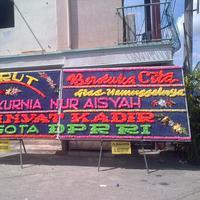 Karangan bunga duka cita untuk Feby Kurnia, mahasiswi UGM yang tewas di kampus. (Liputan6.com/Ajang Nurdin)