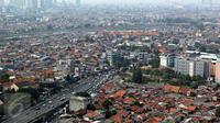 Lansekap pemukiman penduduk berlatar gedung bertingkat terlihat di Jakarta, Kamis (12/11/2015). Indonesia dibawah Myanmar dengan harga rata-rata Rp3.514.240 (US$ 259) permeter persegi. (Liputan6.com/Immanuel Antonius)