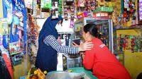 Minggu pagi (8/8/2021), Bupati Banyuwangi Ipuk Fiestiandani pun ikut berbelanja sembako di warung sekitar rumahnya di Kebalenan, Banyuwangi.