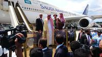 Raja Salman saat di Bandara I Gusti Ngurah Rai. (Liputan6.com/Dewi Divianta)