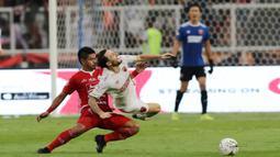 Gelandang PSM Makassar, Marc Klok, terjatuh saat berebut bola dengan striker Persija Jakarta, Bambang Pamungkas, pada laga Liga 1 2019 di SUGBK, Jakarta, Rabu (28/8). Kedua tim bermain imbang 0-0. (Bola.com/M Iqbal Ichsan)