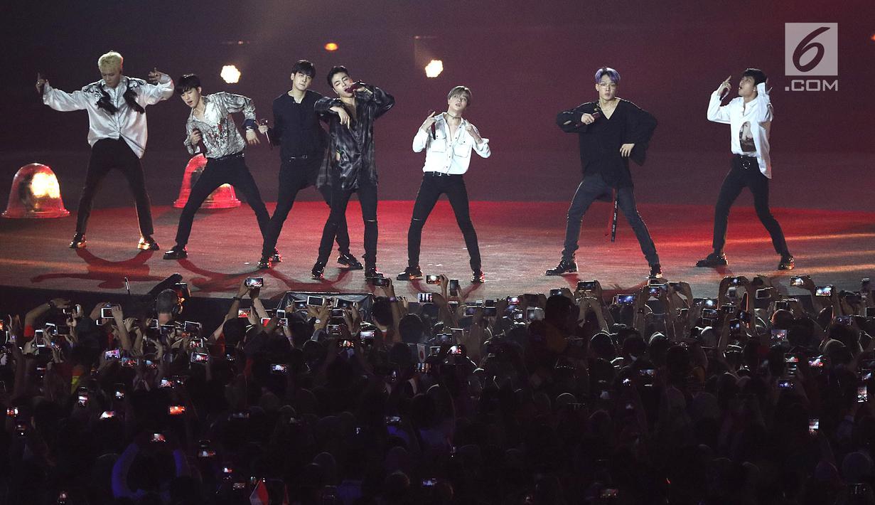 Boy band Korea Selatan, iKON tampil menghibur penonton pada upacara penutupan Asian Games 2018 di Stadion Gelora Bung Karno, Jakarta, Minggu (2/9). Mereka membawakan dua lagu hits. (Liputan6.com/Helmi Fithriansyah)