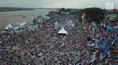Suasana kampanye akbar calon presiden nomor urut 02 Prabowo Subianto di Lapangan Benteng Kuto Besak, Palembang, Rabu (9/4).Tak hanya disambut ribuan masyarakat, Prabowo juga mendapatkan doa restu dari para ulama, kiai dan habaib se-Sumatera Selatan. (Liputan6.com/Pool/Media Prabowo Sandi)