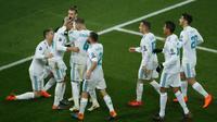 Pemain Real Madrid merayakan gol kedua yang diicetak oleh Casemiro saat melawan PSG dalam pertandingan Liga Champions leg kedua di stadion Parc des Princes di Paris (6/3). (AFP/Thomas Samson)