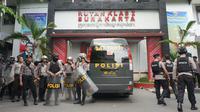 Sejumlah petugas polisi tampak berjaga di depan gerbang Rutan Solo pasca keributan.(Liputan6.com/Fajar Abrori)