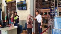 Penumpang sebelumnya diperiksa suhu tubuh oleh petugas di stasiun sebelum naik kereta api. Foto (Liputan6.com / Panji Prayitno)