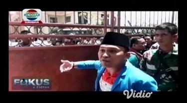 Demo ratusan mahasiswa yang menolak kenaikan setoran BPJS di DPRD Sampang, Madura berakhir ricuh.