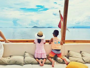 Sudah sejak empat hari lalu, Kamis (24/12/2019), Dian Sastro dan keluarga berlibur ke Labuan Bajo. Bersama suami Indraguna Sutowo dan kedua anaknya Dian Sastro menikmati indahnya suasana naik kapal pinisi di perairan Labuan Bajo. (Liputan6.com/IG/@therealdisastr)