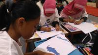 Anak-anak menggambar lumba-lumba dan harimau.