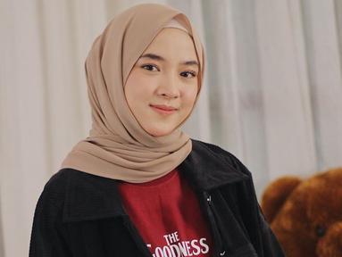Dalam kegiatan sehari-hari, Nissa Sabyan lebih sering tampil sederhana dan santai. Ia juga beberapa kali memilih menggunakan kaus yang dipadukan dengan outer jaket jeans. (Liputan6.com/IG/@nissa_sabyan)