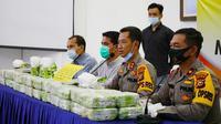 Jajaran Polres Indragiri Hilir bersama barang bukti 50 kilogram sabu yang disita dari seorang kurir. (Liputan6.com/M Syukur)