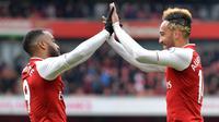 Striker Arsenal, Pierre-Emerick Aubameyang bersama Alexandre Lacazette, merayakan gol ke gawang Stoke pada laga Premier league di Stadion Emirates, London, Minggu (1/4/2018). Arsenal menang 3-0 atas Stoke. (AFP/Oliver Greenwood)