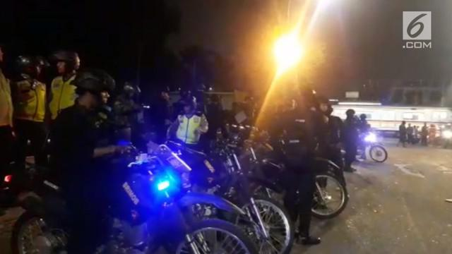 Tawuran antarwarga terjadi di jalan Sultan Agung Tirtayasa. bermula kisruh warga Pasar Rumput dan Menteng Tenggulun. 300 personel kepolisian dikerahkan untuk jaga lokasi kejadian. Akibat kejadian ini halte Transjakarata rumput rusak parah. Tidak ada ...