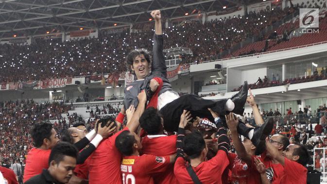 Pelatih PersijaJakarta, Stefano Cugurra Teco diangkat para pemain usai laga final melawan Bali United di Stadion Utama GBK, Senayan, Jakarta, Sabtu (17/2). Persija menang 3-0 atas Bali United. (Liputan6.com/Arya Manggala)