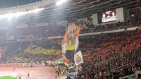 Suporter Persija Jakarta, The Jakmania, membuat koreografi di Stadion Gelora Bung Karno. (Bola.com/Muhammad Adiyaksa)