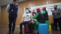 Vokalis band Noah, Ariel atau Nazril Irham mendapatkan suntik vaksin Covid-19 di RSKIA Bandung, Kamis (14/1/2021). (Foto: Humas Pemkot Bandung)