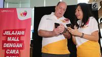 Chief Marketing Officer Lippo Mall Indonesia, Danny Crayton berbincang dengan Head Marketing, Lilies Surjono pada peluncuran aplikasi Styles di Jakarta, Kamis (31/1). Styles merupakan aplikasi untuk memberikan pengalaman berbelanja menarik. (Liputan6.com)