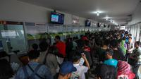 Sejumlah calon penumpang antri membeli tiket kereta api di Stasiun Senen, Jakarta, Senin (28/4/2014) (Liputan6.com/Faizal Fanani).