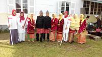 Petugas upacara mengenakan pakaian dengan mencontoh gaya berbusana Fatmawati saat melaksanakan tugas sebagai ibu negara. (Liputan6.com/Yuliardi Hardjo Putro)