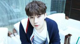 Sunggyu Infinite pertama kali jatuh cinta saat masih duduk di bangku sekolah. Ia pun menyatakan cintanya dengan menyanyikan lagu, akan tetapi sayangnya ia ditolak. (Foto: soompi.com)